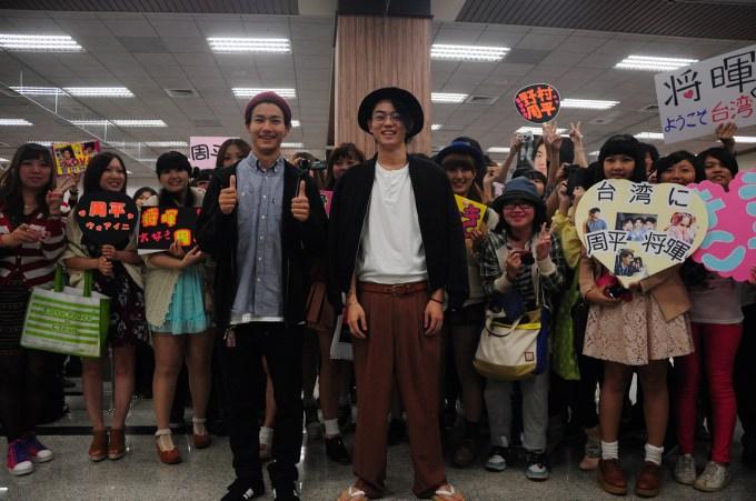 002【男子高校生的日常】活動照_野村周平(左)、菅田將暉在機場跟粉絲們親切合影