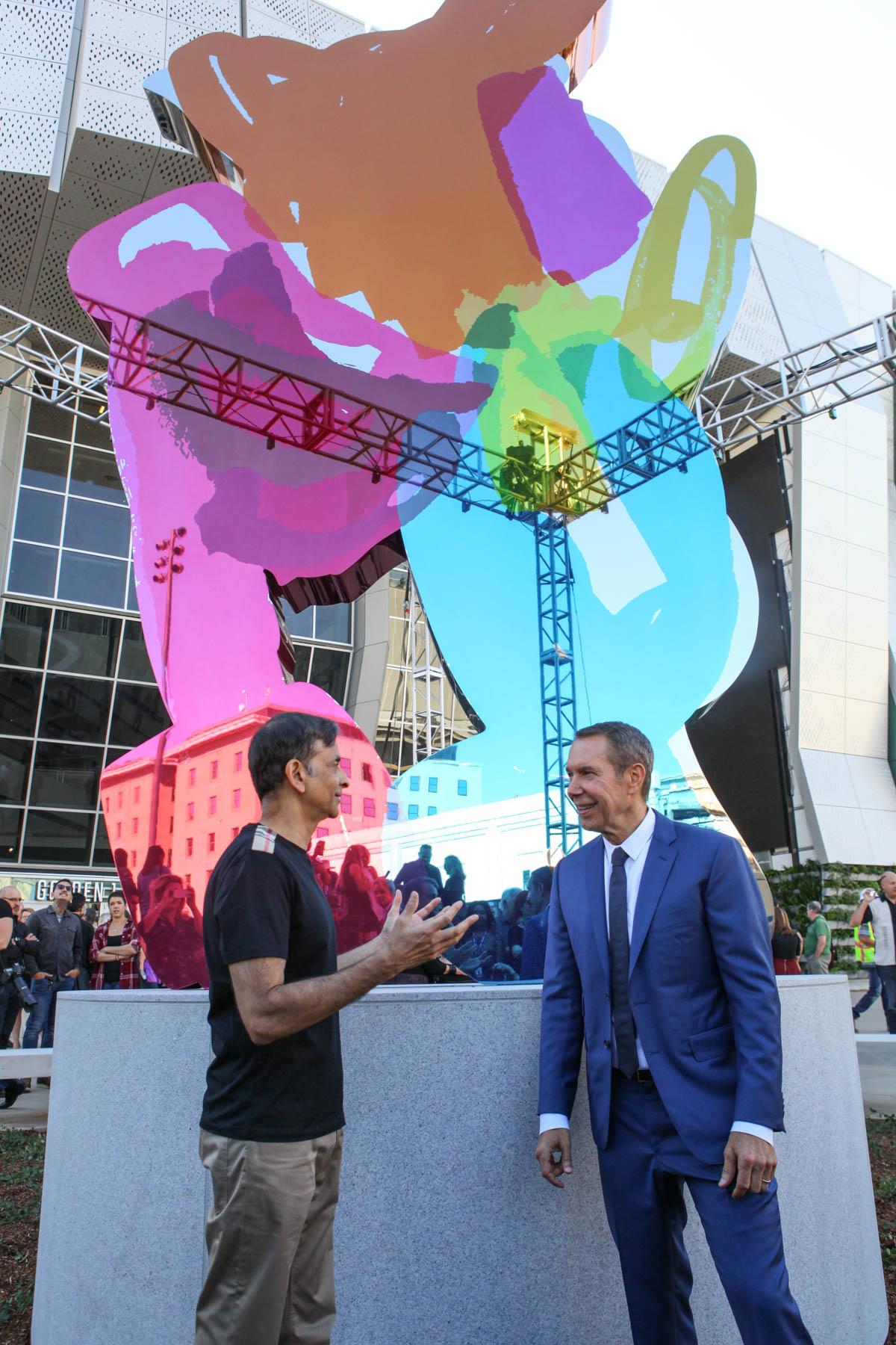 Sacramento Kings propietario Vivek Ranadivé con el artista Jeff Koons en la inauguración de su nueva escultura <em> Coloring Book </ em> en el Golden Center 1. Cortesía del Centro de oro 1.