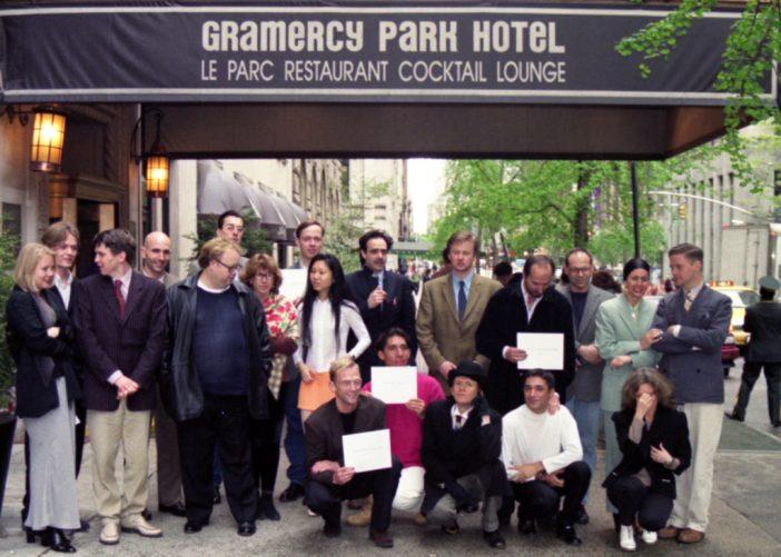 Uma foto improvisada do grupo captura alguns dos primeiros expositores e artistas da Gramercy International Art Fair de 1996. Cortesia do Armory Show. Foto: Sylvie Ball.