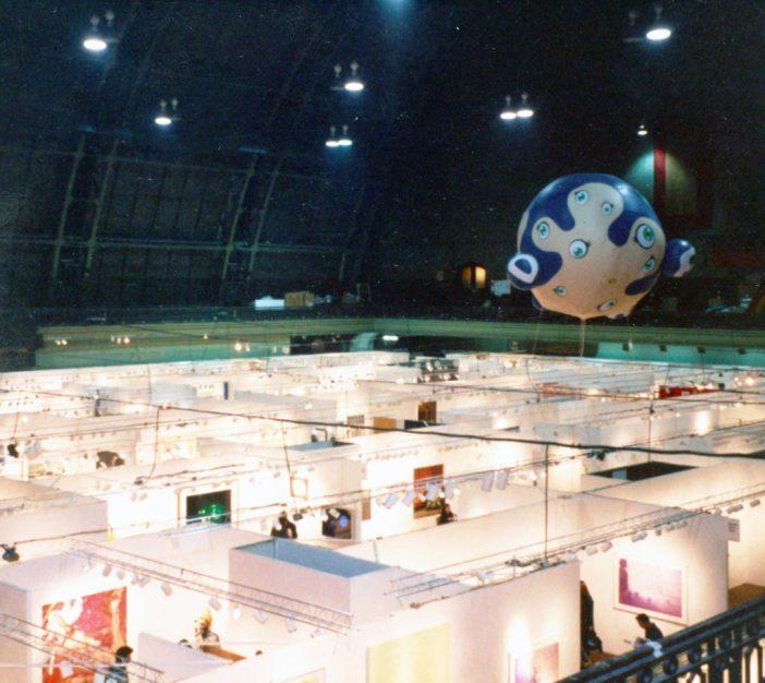Inflável de Takashi Murakami sobrevoa a Armory Show em 2002