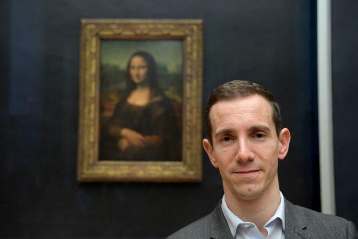 Vincent Delieuvin posa ao lado de Mona Lisa,  no Louvre