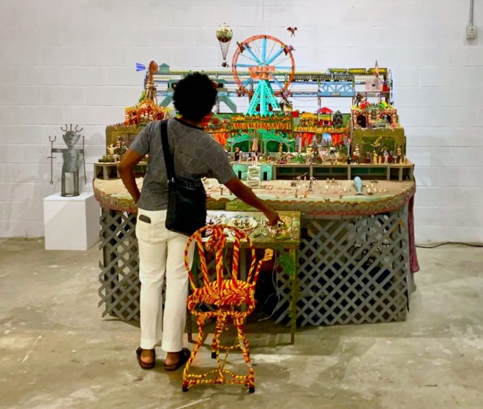 "Visitante interage com obra de Tom Duncan na ""Super-Rough"" Photo by Ben Davis"