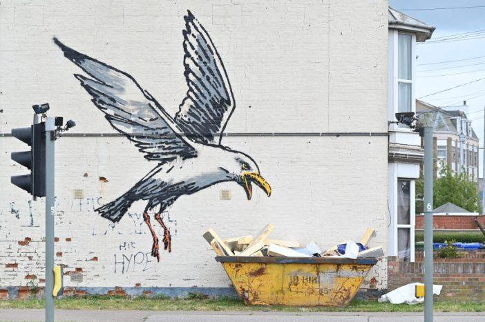 Neste possível mural de Banksy, uma gaivota mergulha em uma lixeira em Lowestoft, na costa leste da Inglaterra. Foto por Justin Tallis / AFP via Getty Images.