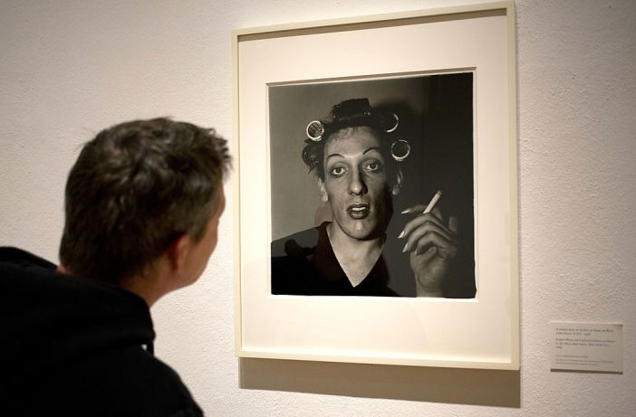 Um visitante observa o trabalho de Diane Arbus durante exposição na Martin-Gropius-Bau em Berlim, em setembro de 2012. Cortesia DAVID GANNON/AFP/GettyImages
