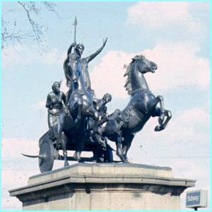 BoaDicea en Londres repartiendo leña