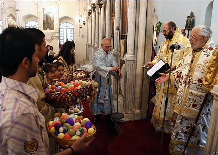 Християни в Сирия поднасят великденски яйца на патриарх Игнатий Хазем IV в Дамаск. На 19 април, както всички православни и в Сирия ортодоксалните християни отпразнуваха Великден.Снимка:Bassem Tellawi