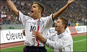 Michael Owen celebrates with Steven Gerrard