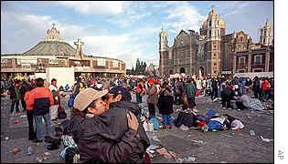 Hay peregrinos que confían sus promesas de amor a la santa patrona de México
