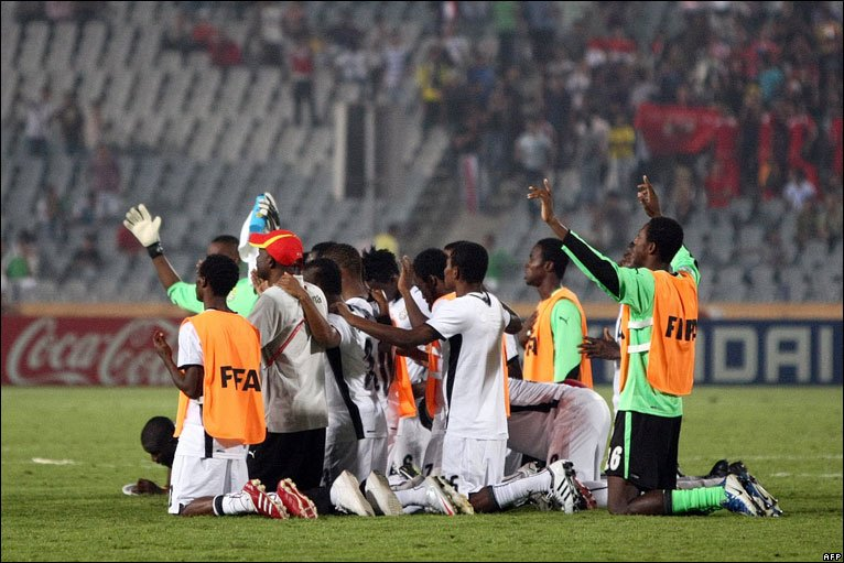 Ghana's under-20 football team praying