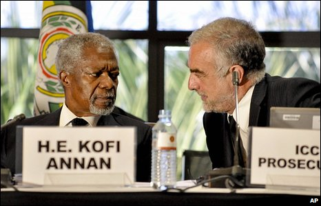 Former UN Secretary General Kofi Annan (left) and ICC Chief  Prosecutor Luis Moreno Ocampo in Kampala, Uganda