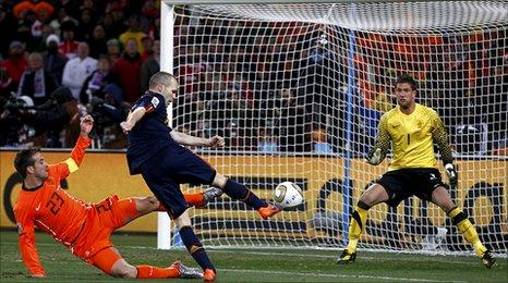 Iniesta scores