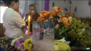Funeral in Honduras of a migrant killed in Mexico (2 Sep 2010)