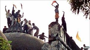 பாபர் மசூதி இந்து வன்முறையாளர்களால் உடைக்கப்பட்டது