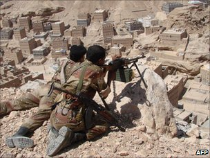 Yemeni army troops take position in the hills overlooking the southern town of Huta, in Shabwa governorate (27 September 2010)
