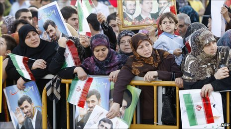 Crowds greet Ahmadinejad in Beirut