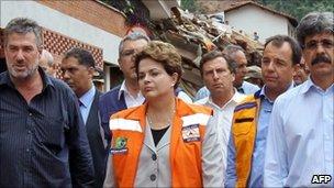 Dilma Rousseff (C) in Nova Friburgo, 13 Jan