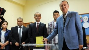 Recep Tayyip Erdogan votes in Istanbul (12 June 2011)