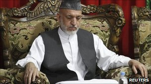 Afghan President Hamid Karzai attends his brother's funeral in Kandahar (15 July 2011)