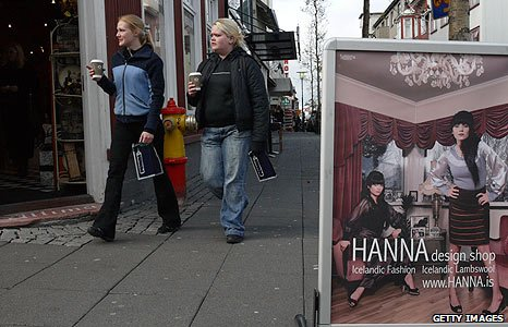 (File photo 2008) Shoppers in Reykjavik