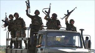 Vehículos del ejército retirarse de Hama, Siria (10 de agosto 2011)