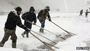 "Workers clear snow at the Renato Dall""Ara stadium in Bologna (1 Feb 2012)"