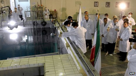Mahmoud Ahmadinejad (R) during a tour of Tehran's research reactor (February 15, 2012)
