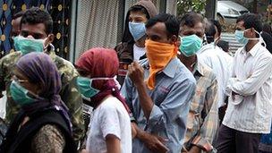 Las pruebas de la gripe porcina fuera de un hospital de Pune