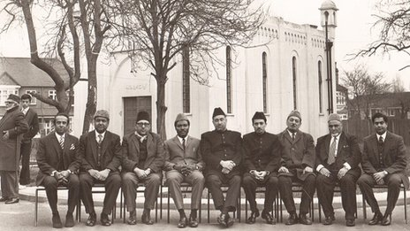 Men in front of Fazl Mosque