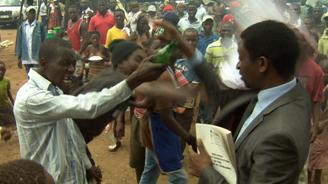 People throwing water at Sten Zvorwadza
