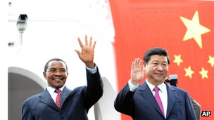 Xi Jinping (R) is discussing ways to improve bilateral ties with Tanzanian President Jakaya Kikwete