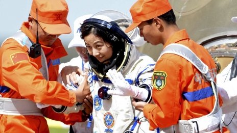 China's Shenzhou-10 astronauts return to Earth - BBC News