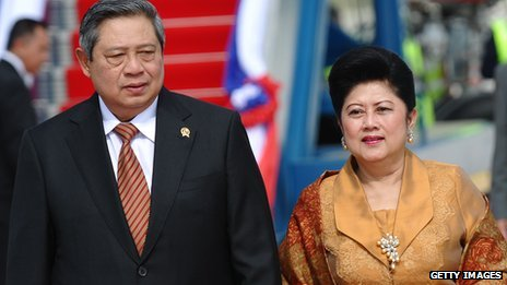 President Susilo Bambang Yudhoyono with his wife in Laos in November 2012
