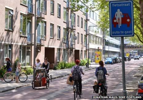 People cycling along a fiedsstraat a bike street