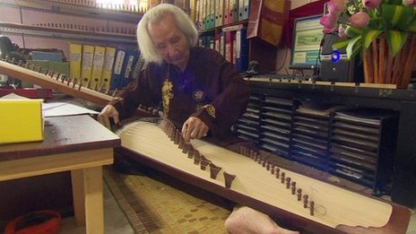 Vinh Bao playing the Vietnamese zither