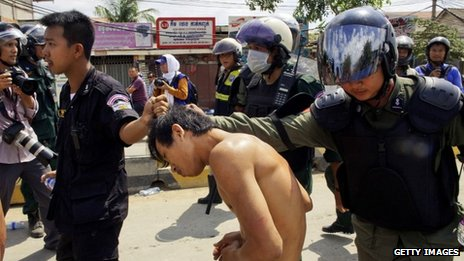A demonstrator is detained by police during the clash with garment workers (12 November, 2013)