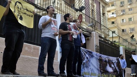 Egyptian activists and pro-government protesters demonstrate outside the Turkish embassy in Cairo (August 2013)