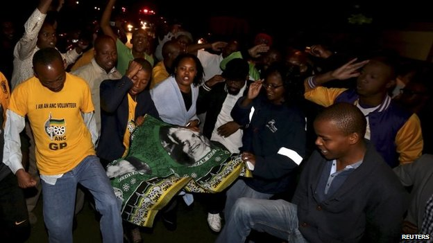 People gather outside Mandela's house in Houghton (5 Dec 2013)