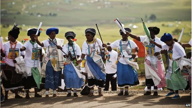 Xhosa women in traditional dress wait for the coffin to pass in Qunu (14 Dec 2013)