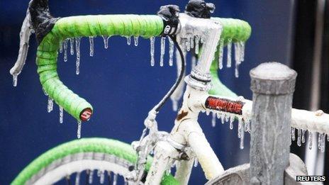 Uma bicicleta é coberta com gelo após chuva gelada em Toronto
