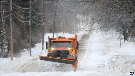 Um limpa-neve limpa uma estrada em Waterville, Maine