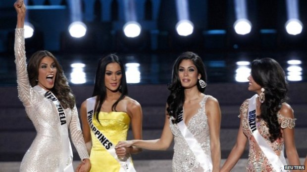 Miss Venezuela Gabriela Isler (L) reacts during the Miss Universe 2013 pageant at the Crocus City Hall in Moscow, 9 November 2013. Also pictured are (2nd L-R) Miss Philippines Ariella Arida, Miss Spain Patricia Yurena Rodriguez and Miss Brazil Jakelyne Oliveira.