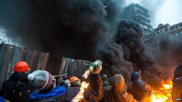 Rioters hurl petrol bombs in Kiev, 22 January