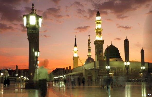 Worshippers visit the Prophet's Mosque in Medina, Saudi Arabia (5 July 2013)