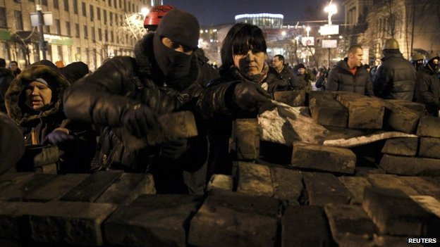 Anti-government protesters build barricades in Kiev (20 February 2014)