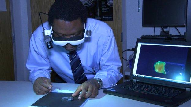 Goggles help surgeons 'see' tumours - BBC News