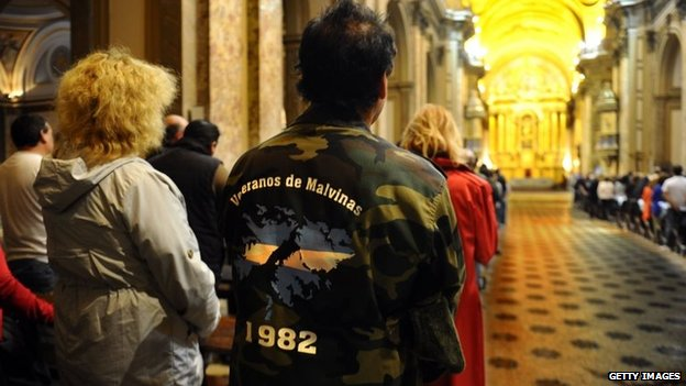 Veteranos argentinos se reúnen en una catedral