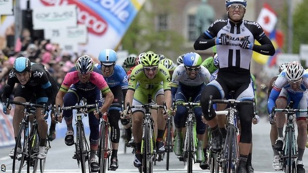 Marcel Kittel (right) wins stage two of the Giro d'Italia in Belfast