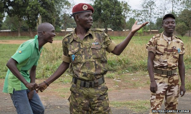 CAR soldiers talk to a new recruit in Bangui (10 March)