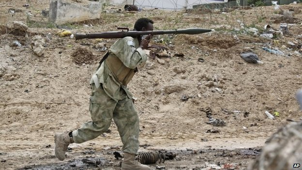Somali soldier takes up position near parliament (24 May)