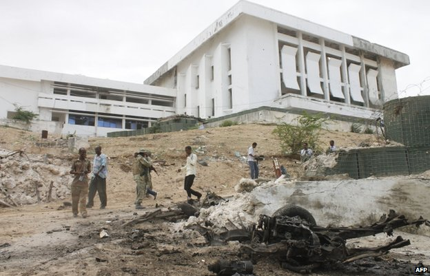 Soldiers outside the parliament building in Mogadishu (24 May)